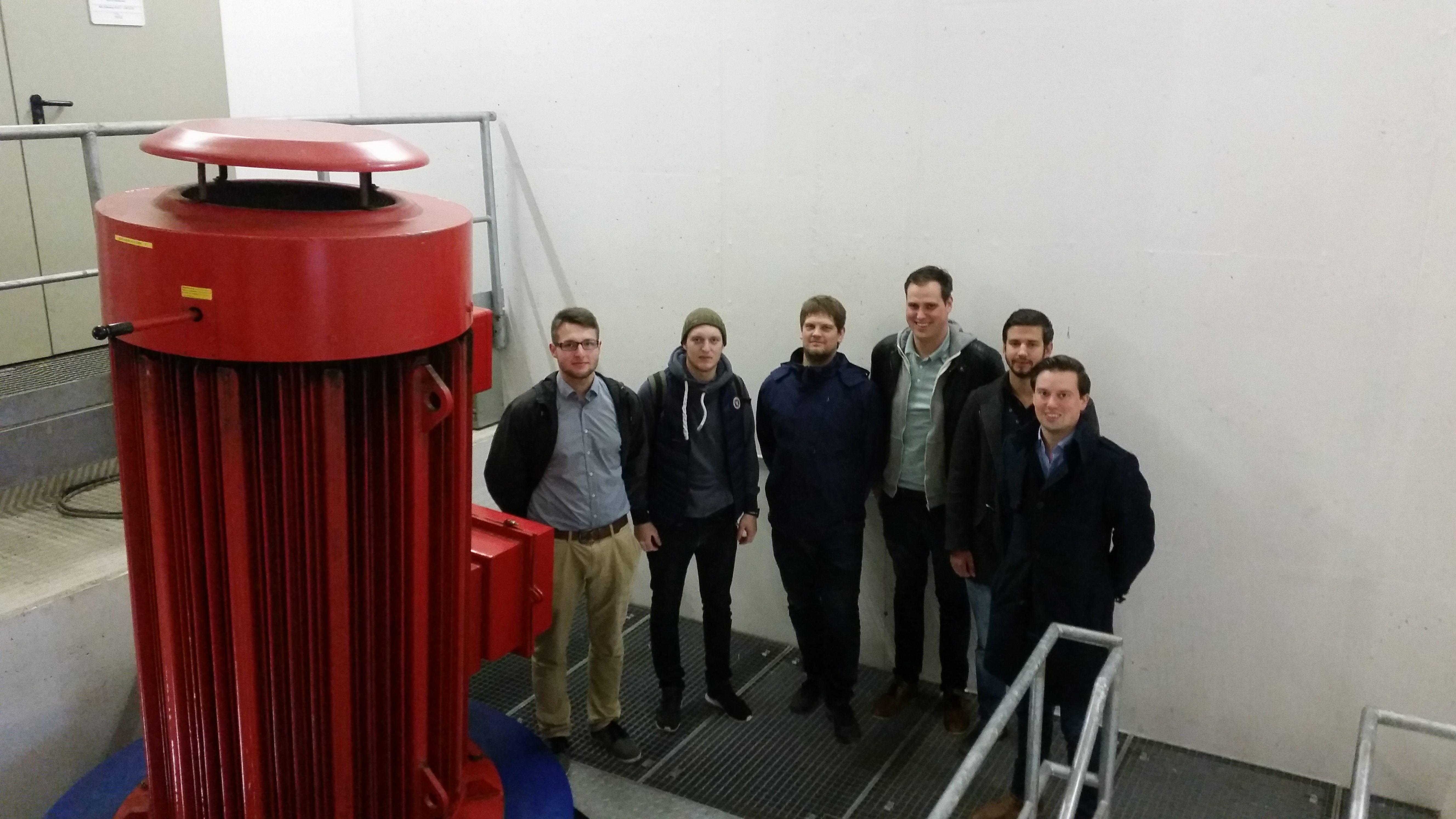 Gruppenbild neben einem der zwei Generatoren
